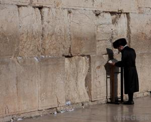 man-praying-at-the-wailing-wall