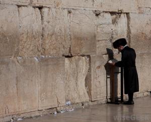 man-praying-at-the-wailing-wall