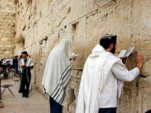 Men_praying_at_Western_Wall_tb_n010200