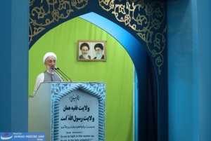 'Ayatollah' Seddighi givin a 'Friday' sermon. Note how they put up pictures of their saints ('Ayatollahs') where ever they are, even in places of worship. On the front of his pulpit you can read: 'Wilayah Al-Faqih is the very same Wilayah (Guardianship) of the Messenger of Allah'!