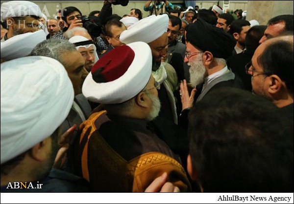 Khaled Al-Mulla with other Arab Sunnis, eager to kiss Khamenei. You can imagine how 'Sunni' these bunch must be,considering the 'Sunniness' of Al-Mulla, the Munafiq.